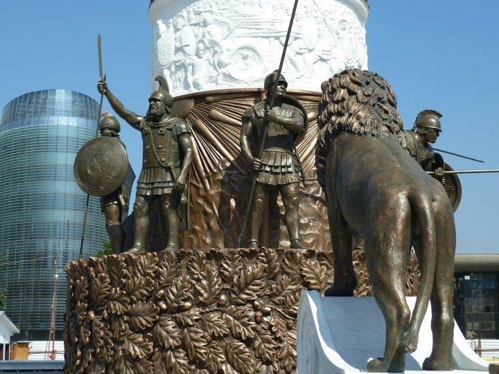 statue skopje Συνεχίζονται οι προκλήσεις από τους Σκοπιανούς με τα αγάλματα στα Σκόπια
