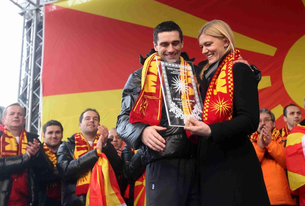 epathlo Έπαθλα με τον Ήλιο της Βεργίνας απένειμαν στην εθνική ομάδα Handball τους οι Σκοπιανοί