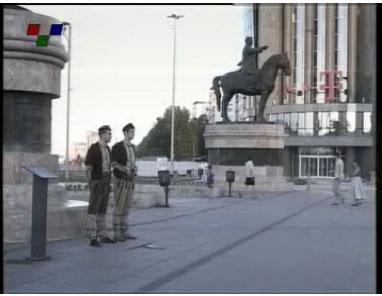 skopiani froura2 Σλάβοι ντυμένοι αρχαίοι Μακεδόνες στην κεντρική πλατεία των Σκοπίων (Δείτε Φωτογραφίες)