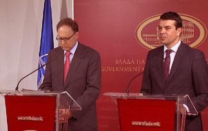 versbow2 Στα κρύα του λουτρού άφησε τους Σκοπιανούς ο αναπληρωτής Γενικός Γραμματέας του ΝΑΤΟ