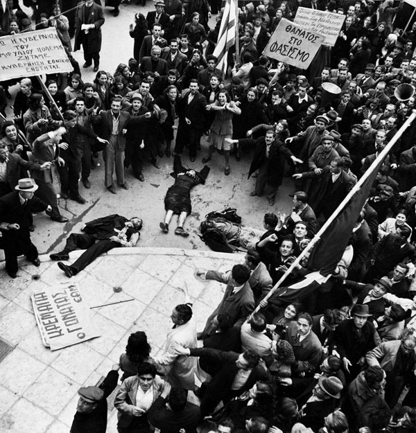 december1944 orig Αποκάλυψη Βόμβα : Σκοπιανή Εφημερίδα προβάλει παραποιημένη φωτογραφία νεκρών Ελλήνων Διαδηλωτών ως απόδειξη…. Γενοκτονίας από Έλληνες !!!