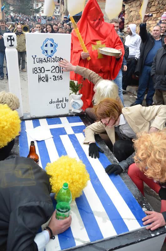 vevcani3 Συνεχίστηκαν και φέτος τα καραγκιοζιλίκια των Σκοπιανών εναντίον της Ελλάδας στην Βέβτσανη (Φωτογραφίες)