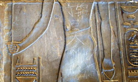graffiti luxor Aίγυπτος: Διεθνής κατακραυγή για 15χρονο κινέζο που έκανε γκράφιτι πάνω σε απεικόνιση του Μ. Αλεξάνδρου