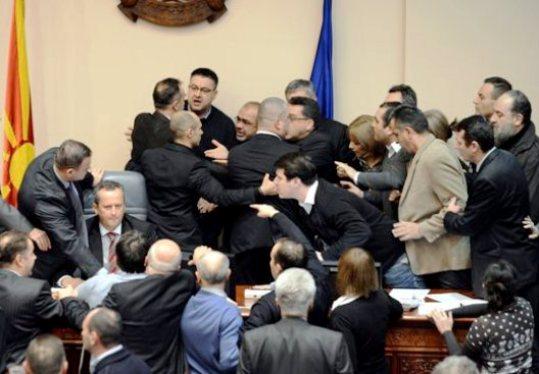 Skorpia vouli Σκόπια : Η αντιπολίτευση ζητά την παραίτηση του προέδρου της Βουλής