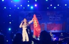 Πρόκληση από γνωστή τραγουδίστρια της Σερβίας – Ανέμιζε σε συναυλία της σημαία με τον Ήλιο της Βεργίνας