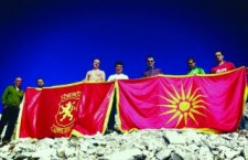 Σκοπιανοί Βουλευτές φωτογραφίζονται προκλητικότατα με τον Ήλιο της Βεργίνας