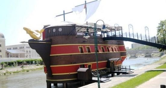 Τα «πειρατικά» του Γκρούεφσκι δένουν στην πρωτεύουσα του κιτς