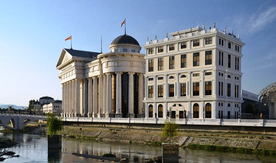 theme2 Ιστοσελίδα «κράζει» το κιτς στα Σκόπια: Πώς να χτίσετε μια ψεύτικη αρχαία πόλη σε 5 χρόνια
