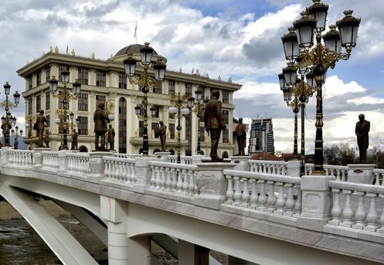 theme3 Ιστοσελίδα «κράζει» το κιτς στα Σκόπια: Πώς να χτίσετε μια ψεύτικη αρχαία πόλη σε 5 χρόνια