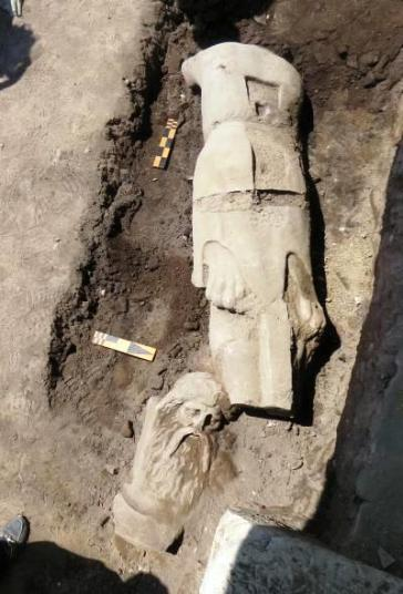 Pella agalma Ανακάλυψη μαρμάρινου αγάλματος στην πανεπιστημιακή ανασκαφή της Αγοράς της Πέλλας