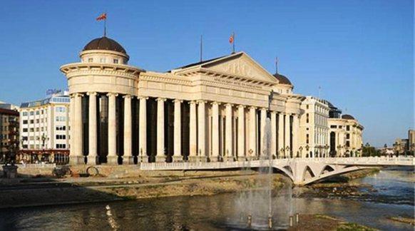 disneyland Skop Νέα πρόκληση: «Ανάκτορο Αλέξανδρος ο Μακεδόνας» θα λέγεται πλέον το αρχαιολογικό μουσείο των Σκοπίων