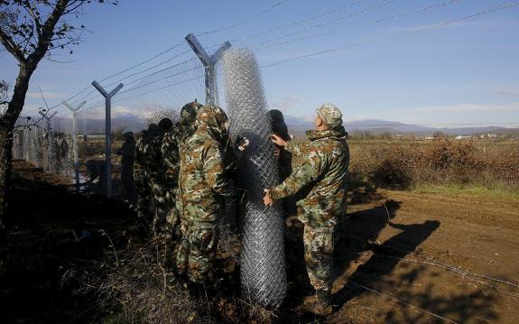 skopia1 thumb large Μεταλλικό τείχος στήνουν τα Σκόπια στα σύνορα