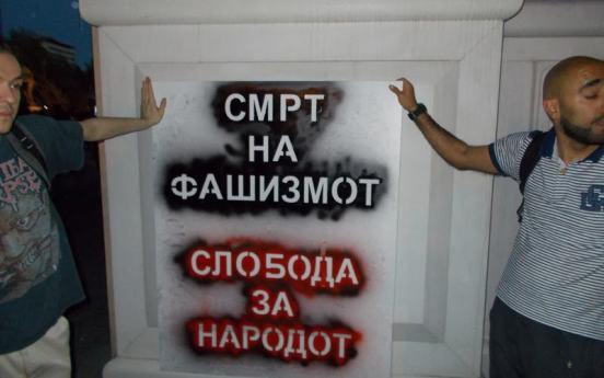 skopia 2 Διαδηλωτές διαλύουν τα κιτς «μνημεία» στα Σκόπια